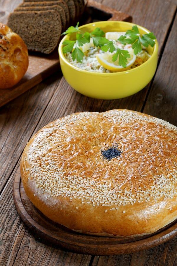 Wit en zwart brood met van salade royalty-vrije stock fotografie