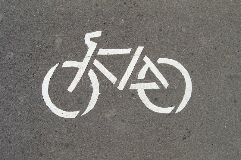 Wit fietspad bord op asfalt Foto van een verkeersbord royalty-vrije stock afbeelding