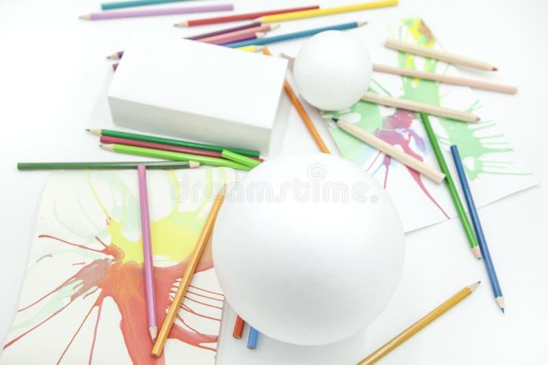 Wit gebieden en prisma met kleurpotloden en abstracte verven op witte achtergrond royalty-vrije stock afbeeldingen