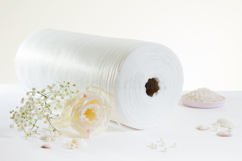 Wit gerold handdoek en zout stock afbeelding