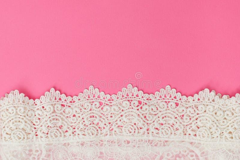 Wit gevoelig kant op roze achtergrond Textuur Plaats voor tekst stock afbeelding