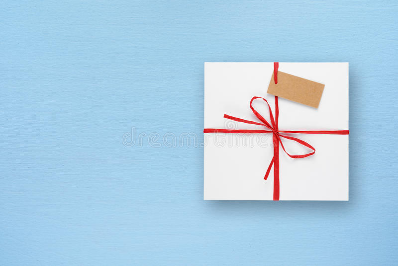 Wit giftvakje op blauwe lijst royalty-vrije stock foto's