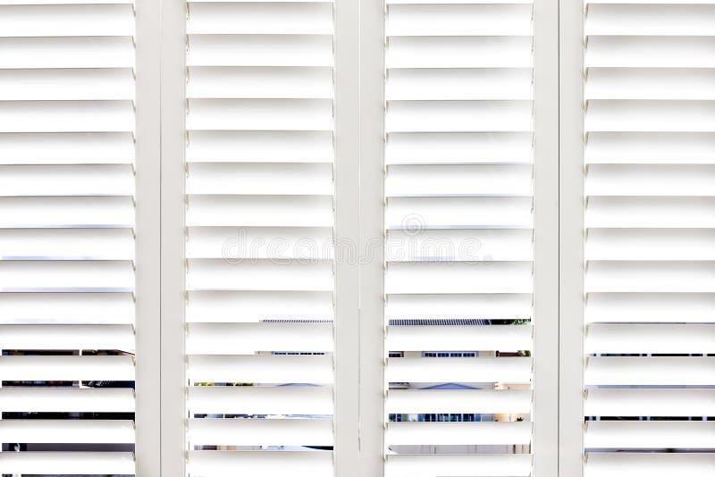 Wit glas open venster van huis royalty-vrije stock afbeeldingen