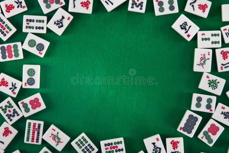 Wit-groene tegels voor mahjong op een bruine houten achtergrond stock afbeeldingen