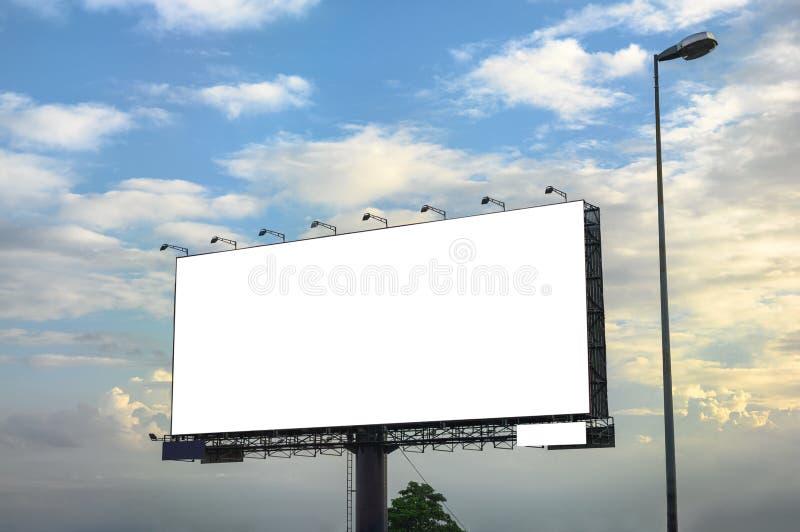 Wit groot leeg aanplakbord met staalstructuur aan kant van weg royalty-vrije stock foto
