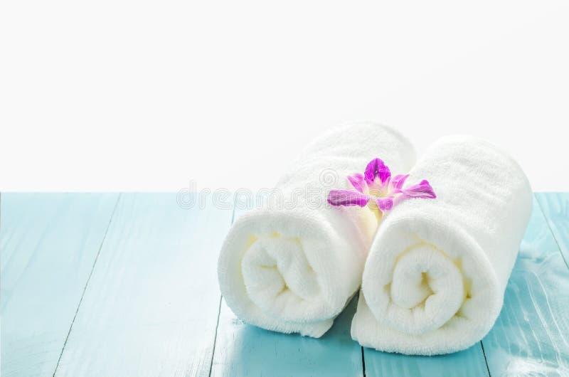 Wit handdoekenbroodje met purpere orchideebloem royalty-vrije stock fotografie