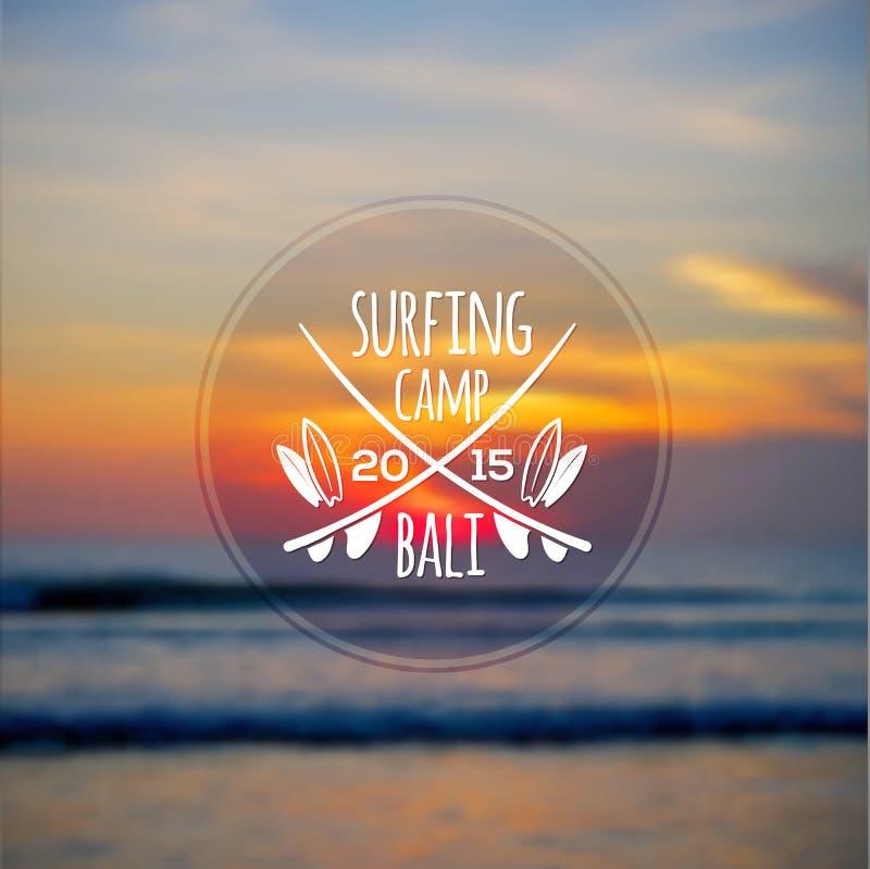 Wit het surfen kampembleem op vage oceaanzonsondergang royalty-vrije illustratie