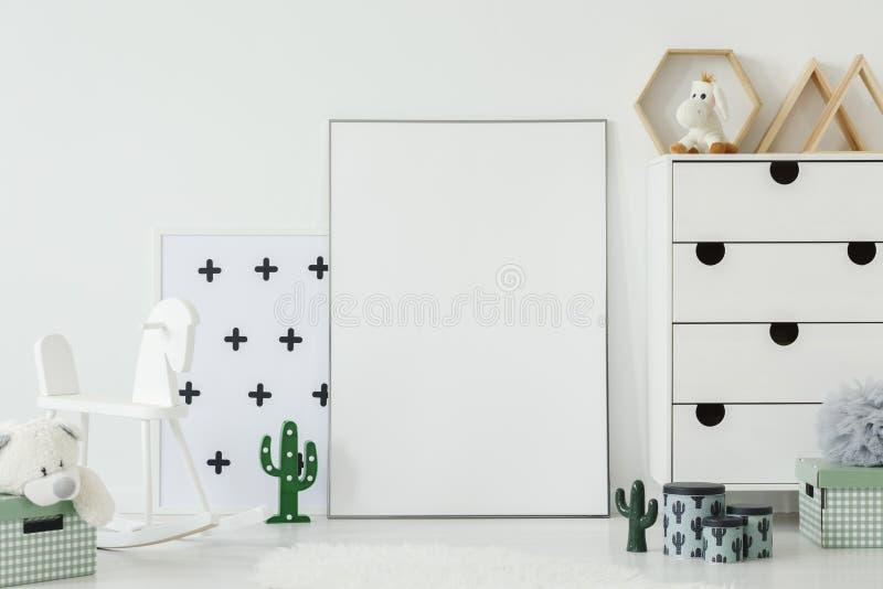 Wit hobbelpaard naast lege affiche met model in jong geitje ` s ro stock foto