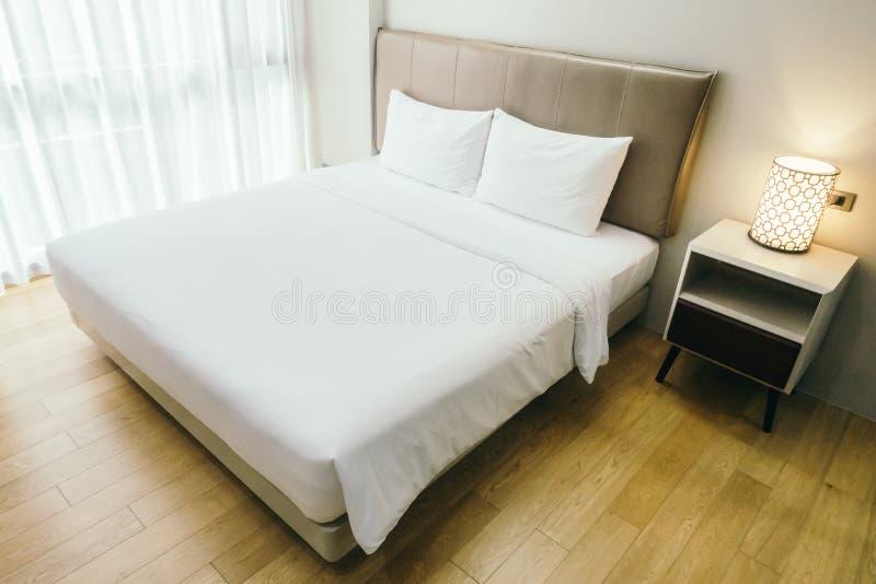 Wit hoofdkussen op bed royalty-vrije stock afbeelding