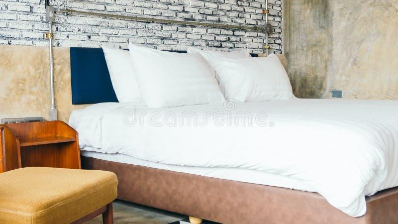 Wit hoofdkussen op bed stock fotografie