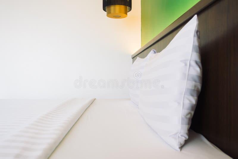 Download Wit hoofdkussen op bed stock afbeelding. Afbeelding bestaande uit blauw - 107707477