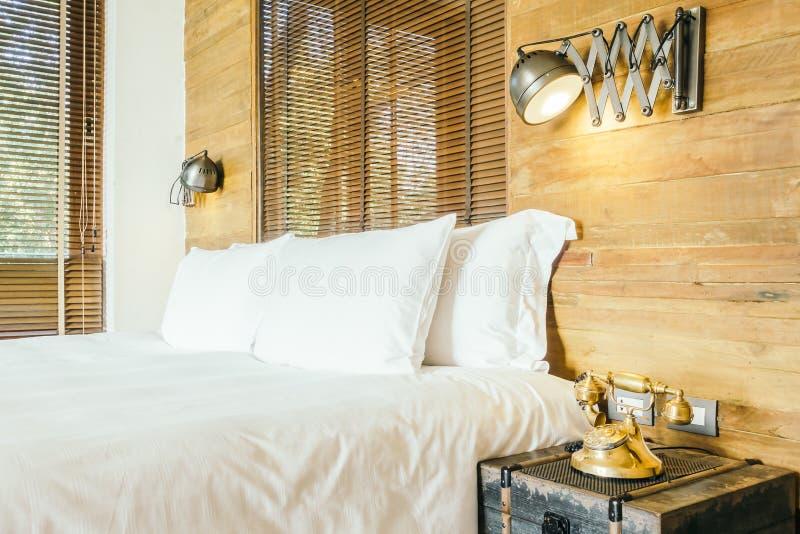 Wit hoofdkussen op bed in slaapkamer stock foto's