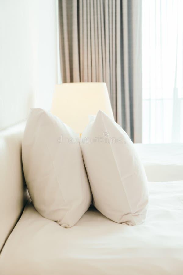 Wit hoofdkussen op het bed royalty-vrije stock fotografie