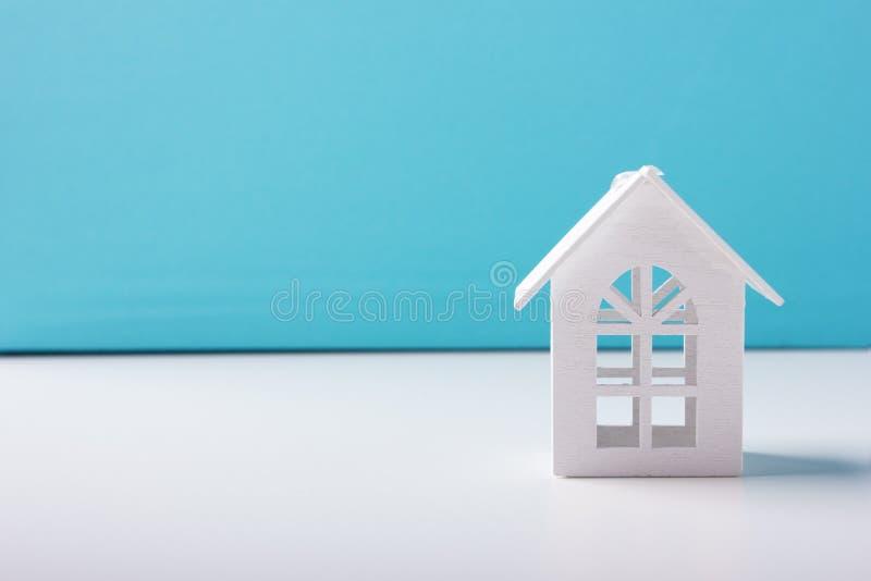 Wit houten stuk speelgoed huis stock afbeelding