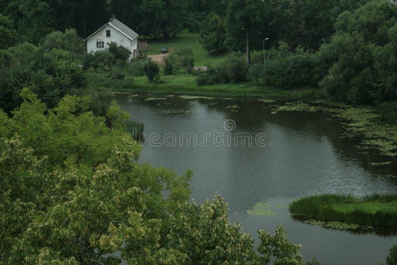 Wit huis door het meer stock foto's