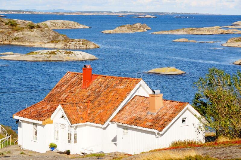 Wit huis en Noordzee in Noorwegen stock afbeeldingen