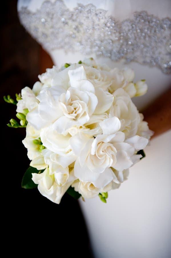 Wit huwelijksboeket stock afbeeldingen