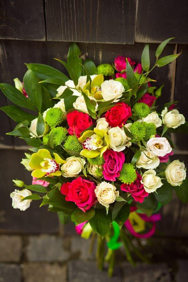 Wit huwelijksboeket met roze rozen en gele orchideeën stock foto