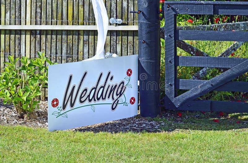 Wit huwelijksteken op achtergrond van het tuin de plaatsende trefpunt royalty-vrije stock afbeeldingen