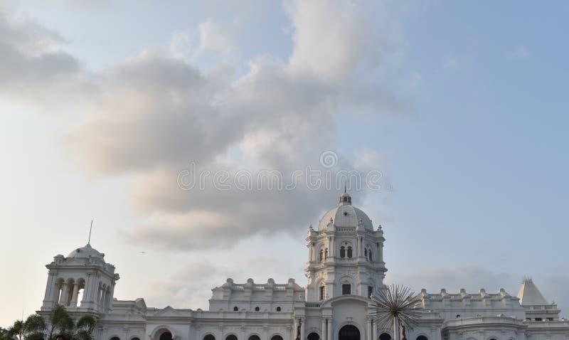 wit Indisch bewolkt de hemellandschap van de paleisclose-up royalty-vrije stock afbeeldingen