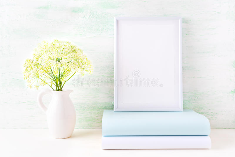 Wit kadermodel met bleek muntboek royalty-vrije stock foto