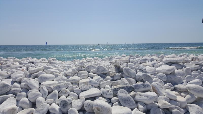 Wit kiezelstenenstrand in Pisa, Italië stock foto