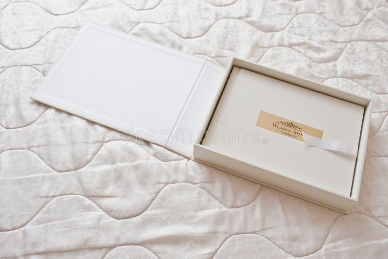 Wit klassiek fotoalbum of photobook met gouden kader met Si royalty-vrije stock afbeeldingen