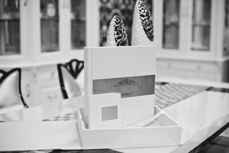 Wit klassiek huwelijksboek stock afbeelding
