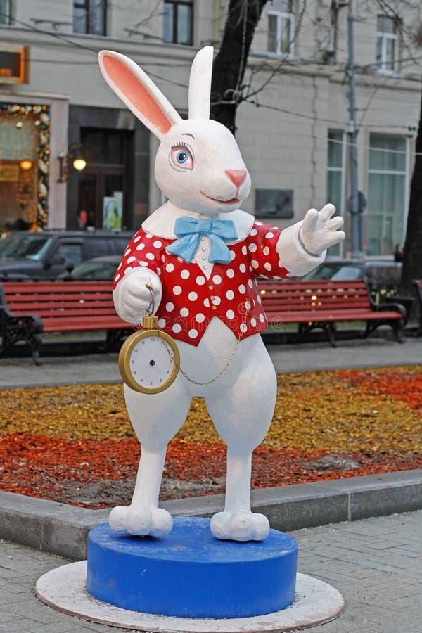 Wit Konijn met een klok van ` Alice in Sprookjesland ` op Tverskoy-Boulevard bij de festival` Reis aan Kerstmis ` in Moskou stock foto's
