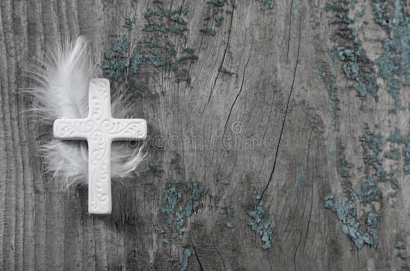 Wit kruis met veer op een oude rustieke achtergrond royalty-vrije stock foto's