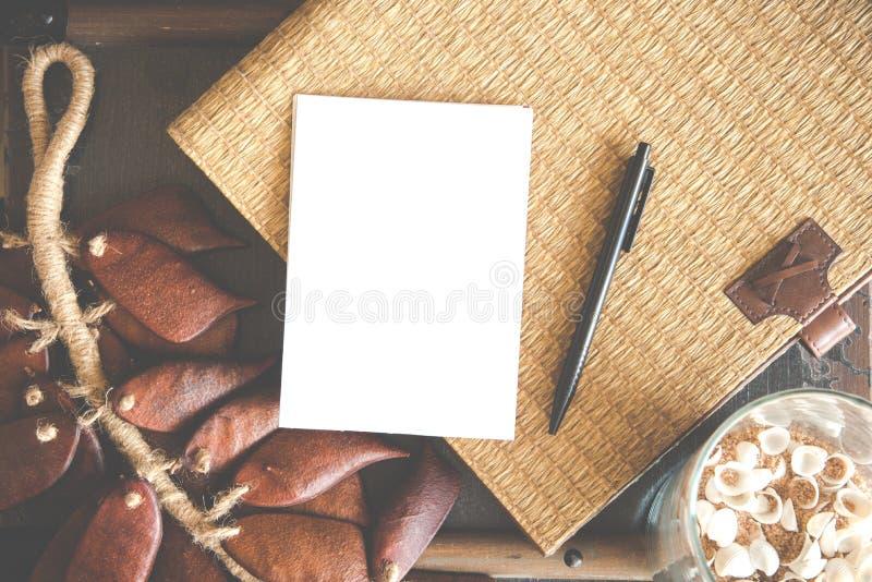 wit leeg document met mandewerkachtergrond stock foto