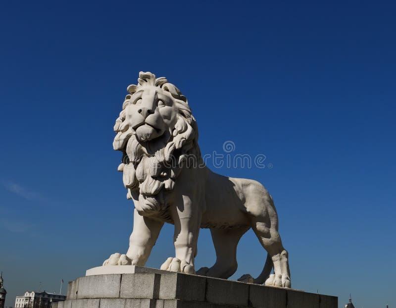 Wit leeuwstandbeeld dat in Londen bewaakt royalty-vrije stock foto