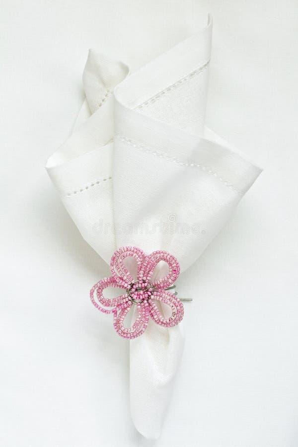 Wit linnenservet met geparelde servetring stock afbeeldingen