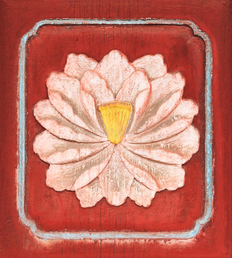 Wit Lotus op Antiquiteit Gesneden Houten deur stock afbeelding