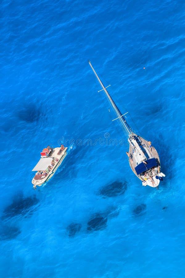 Wit luxejacht tegen azuurblauwe overzees met motorboot royalty-vrije stock fotografie