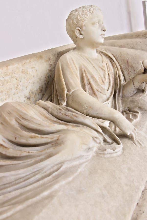 Wit marmeren beeldhouwwerk die van jongen liggen royalty-vrije stock afbeelding