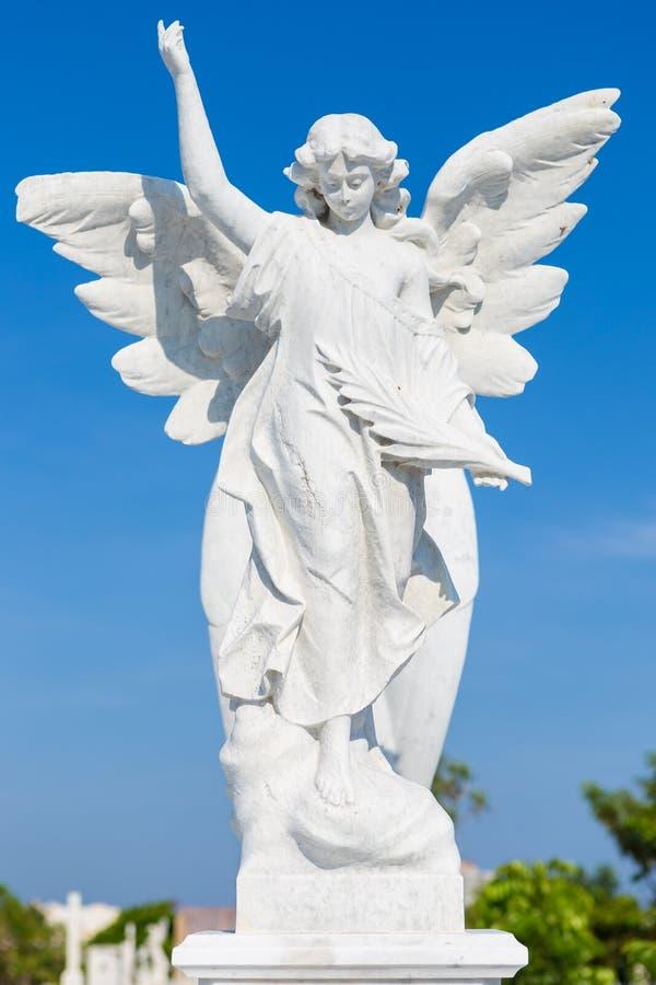 Wit marmeren standbeeld van een jonge vrouwelijke engel royalty-vrije stock foto's