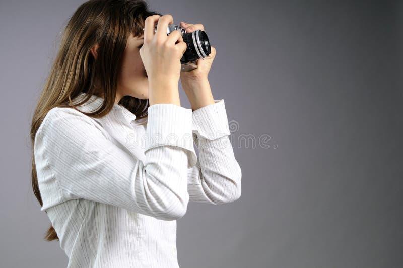 Wit meisje dat foto's cre?ërt royalty-vrije stock afbeeldingen