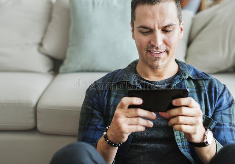 Wit mensen speelspel in mobiele telefoon royalty-vrije stock fotografie