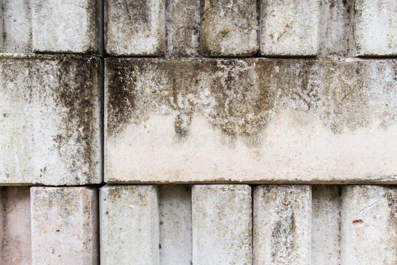Wit Met elkaar verbindend bakstenen muur vuil ruw mortier royalty-vrije stock afbeelding