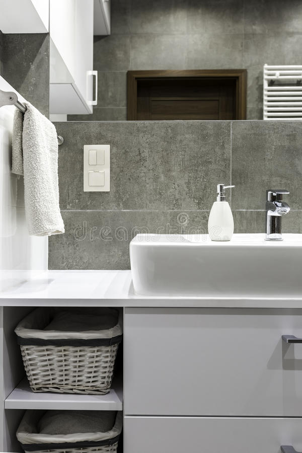 Wit meubilair in badkamers royalty-vrije stock afbeeldingen