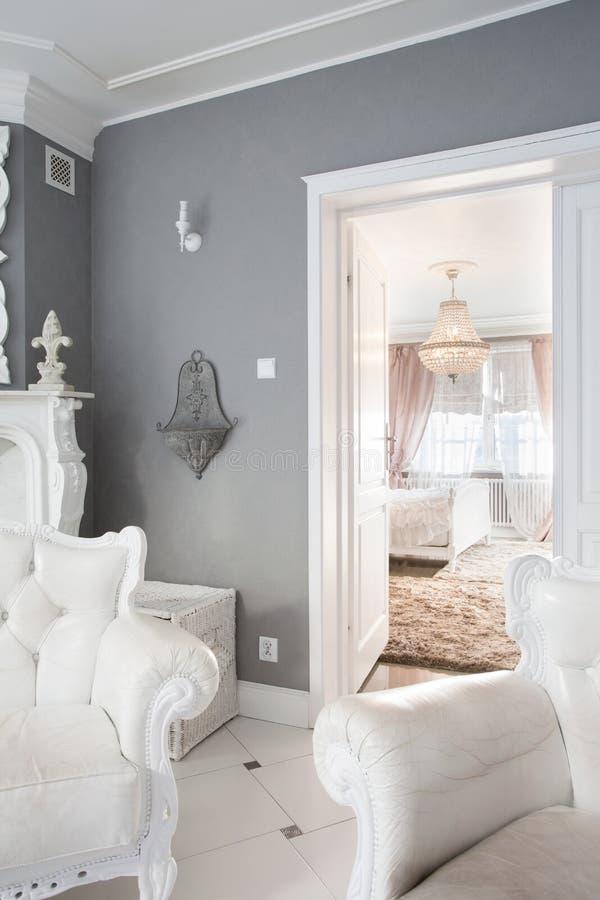 Wit meubilair binnen duur huis royalty-vrije stock afbeelding