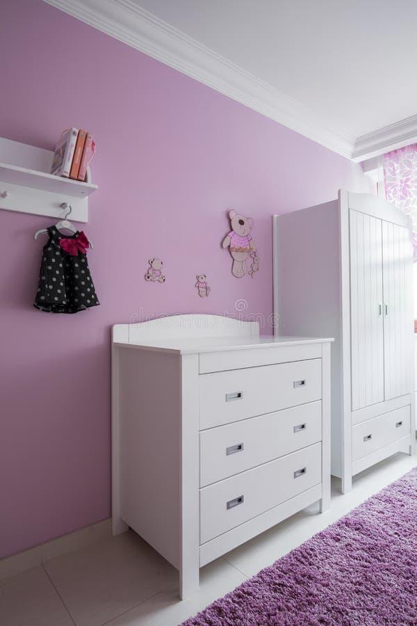 Wit meubilair in de ruimte van de baby stock afbeeldingen