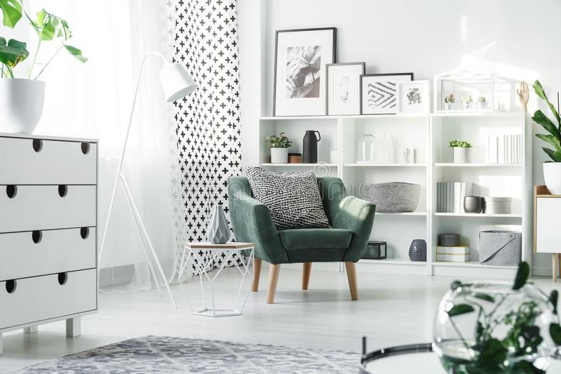 Wit meubilair en groene leunstoel stock foto
