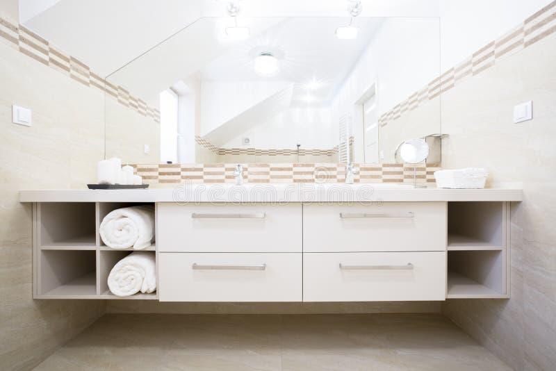 Wit meubilair in heldere badkamers royalty-vrije stock foto's
