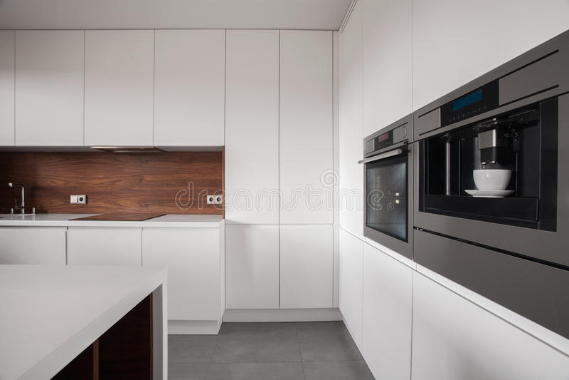 Wit meubilair in houten keuken royalty-vrije stock foto's