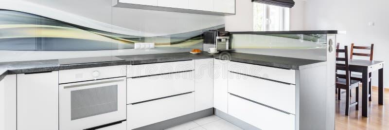 Wit meubilair in keuken stock afbeelding