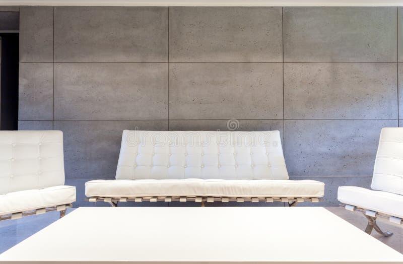 Wit meubilair in moderne ruimte stock fotografie