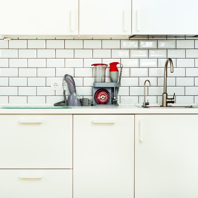 Wit minimalistic keukenbinnenland en ontwerp De achtergrond van de tegelmuur Huishoudapparaten - mixer, vacuümmachine stock foto's