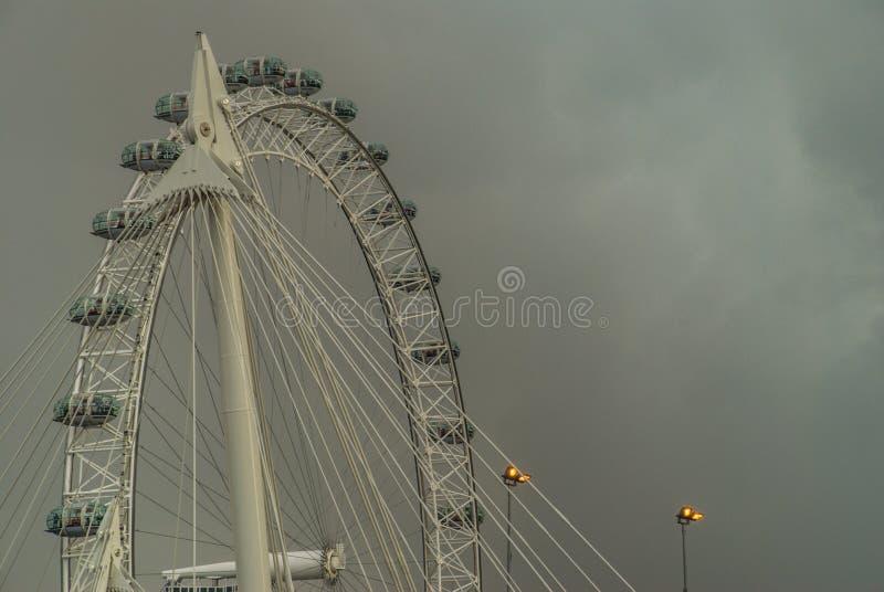 Wit Mooi groot Reuzenrad met hemelachtergrond royalty-vrije stock afbeelding